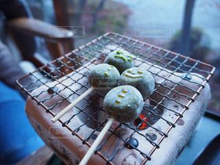 テーブルの上に食べ物のトレイの写真・画像素材[1176334]