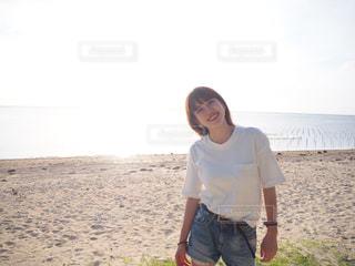 砂浜の上に立っている人の写真・画像素材[1185990]