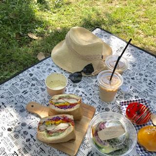 ピクニック用のテーブルの上に食べ物の写真・画像素材[1190952]