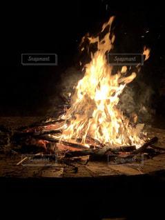 キャンプのキャンプファイヤーの炎の写真・画像素材[1174337]