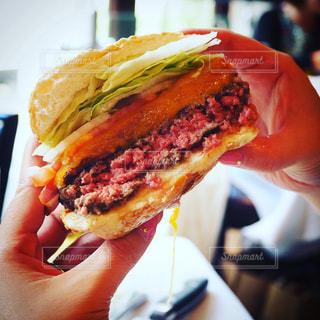 ジューシーなハンバーガーの写真・画像素材[1176049]
