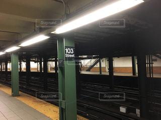 近くに地下鉄の駅のアップの写真・画像素材[1174761]