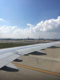 大型の旅客機が滑走路の上に座っています。の写真・画像素材[1174767]