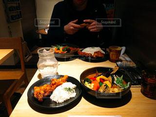 カレーを食べる人の写真・画像素材[1175535]