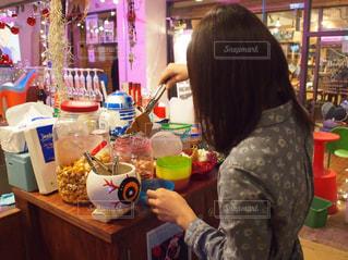 お菓子をとるの写真・画像素材[1175537]
