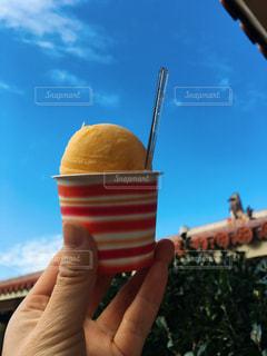 アイス クリーム コーンを持っている手の写真・画像素材[1175538]