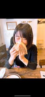 ハンバーガーを食べる人の写真・画像素材[3042597]