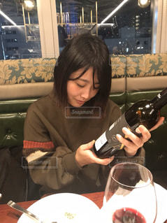 ワインと女の子の写真・画像素材[3042592]