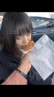 クロワッサンを食べる女の子の写真・画像素材[4287671]