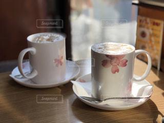 テーブルの上のコーヒー カップの写真・画像素材[1176423]