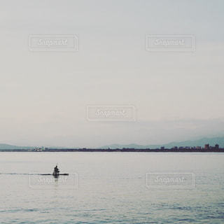 舟を漕ぐ人の写真・画像素材[1176398]