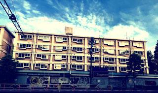 背景の大きな建物の写真・画像素材[1177032]
