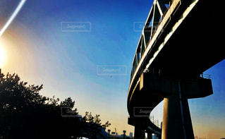 鉄橋の下、夕暮れの空の写真・画像素材[1179320]
