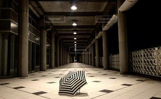 傘と通路の写真・画像素材[1179346]