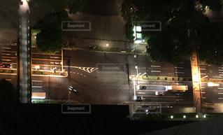 夜のライトアップされた街の写真・画像素材[1179482]