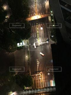 夜のライトアップされた街の写真・画像素材[1179483]