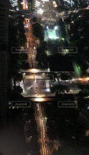 夜のライトアップされた街の写真・画像素材[1179485]