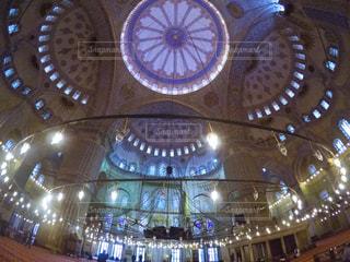 バック グラウンドでスルタンアフメト ・ モスクを持つテーブルで大きな時計の写真・画像素材[1177585]