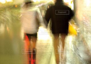 夜の街を歩くカップルの写真・画像素材[1178639]