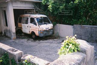 トラックは建物の側に止まっています。の写真・画像素材[1178058]