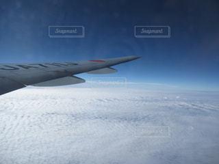 空を飛んでいる飛行機 - No.1180912