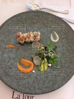 テーブルの上に食べ物のプレートの写真・画像素材[1178855]