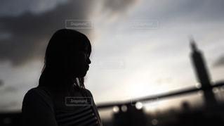 曇り空の前に立っている人の写真・画像素材[1220616]