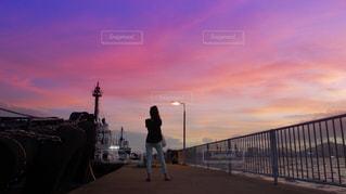 日没の前に立っている人の写真・画像素材[1220618]