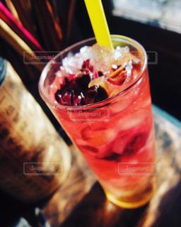 近くにガラスのカップのアップの写真・画像素材[1220623]
