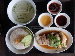 テーブルの上に食べ物の種類で満たされたボウルの写真・画像素材[1220624]