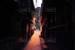 路地裏の光の写真・画像素材[1187955]