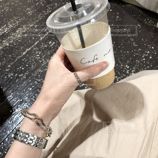 飲みかけのカフェラテの写真・画像素材[1252707]