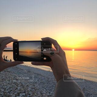 夕日を見るために海への写真・画像素材[1998923]