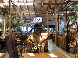 レストランのテーブルに座っている人の写真・画像素材[2977293]