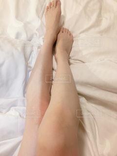 ベッドに横たわっている人の写真・画像素材[2904991]