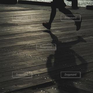ベンチ上でのトリックをしている男の写真・画像素材[1181558]