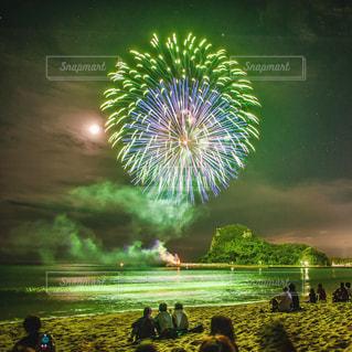 砂浜で楽しむ花火大会の写真・画像素材[1441642]