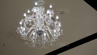 天井からぶら下がっているシャンデリアの写真・画像素材[1189461]