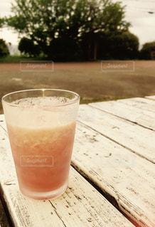コーヒーやビール、テーブルの上のガラスのカップの写真・画像素材[1181852]