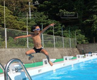 スイミング プールの少年1の写真・画像素材[1181908]