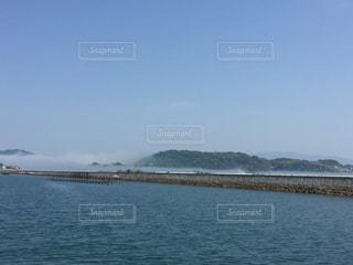海 島 空 棚引く霧の写真・画像素材[1182704]