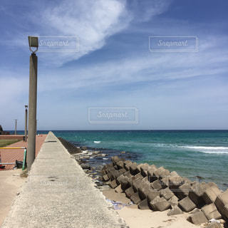 海の横にある砂浜のビーチの写真・画像素材[1183374]