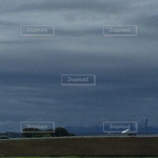 草の上に座っている平面カバー フィールドの写真・画像素材[1185703]