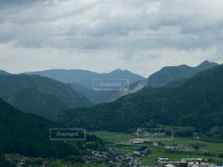 背景の大きな山のビューの写真・画像素材[1282862]