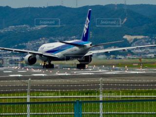 空港の滑走路に飛行機の写真・画像素材[1301933]