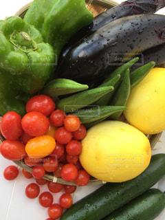 フルーツと野菜のプレートの写真・画像素材[1329455]