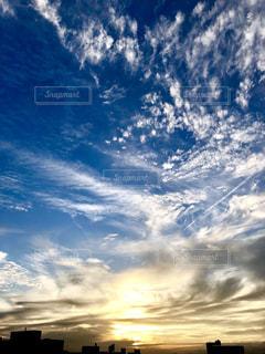 光輝く雲と、青空に流れる雲。の写真・画像素材[1450888]