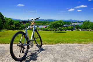 自転車は、道路の脇に駐車の写真・画像素材[1183087]