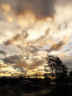 街に沈む夕日の写真・画像素材[1183197]