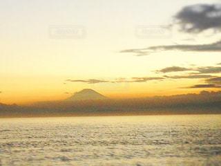 海の向こうに夕日の富士の写真・画像素材[1188481]